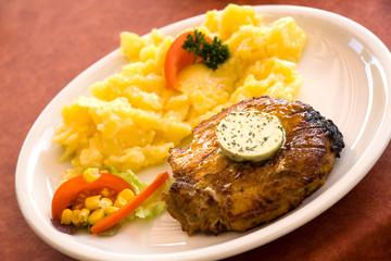 Steak vom Schwein , Kartoffelsalat