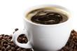 kaffeetasse mit kaffee und bohnen schräg auf weissem hintergrund