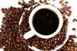 kaffeetasse mit kaffeebohnen von oben auf weissem hintergrund