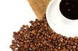 eine kaffeetasse mit kaffee und bohnen