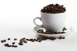 eine kaffeetasse gefüllt mit kaffeebohnen
