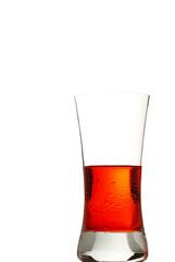 ein kaltes rotes getränk im glas auf weissem hintergrund