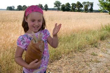 Mädchen mit Brot und Korn