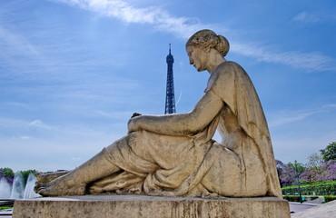 Statue de femme devant la Tour Eiffel, Paris.