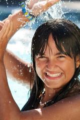 Wasserdusche für gebräuntes Sommermädchen