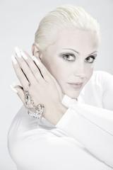 Blonde Beauty mit tollen Fingernägeln und Herz Schmuck, hoch