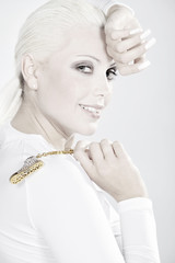 Blonde Beauty mit tollen Fingernägeln und Schuh blickt, hoch