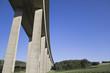 Autobahnbrücke im Sommer