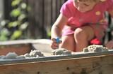 Kleinkind im Sandkasten