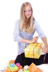 blonde Frau verpackt Geschenke