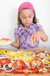 Mädchen bäckt Pizza