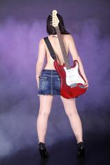 Frau mit Gitarre am Rücken, Woman with a guitar on his back