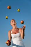 Fototapety junge frau jongliert mit gesundem essen