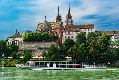 Bateau mouche sur le Rhin devant la cathédrale de Bâle , Suisse.