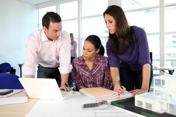 Professeurs et étudiante en architecture