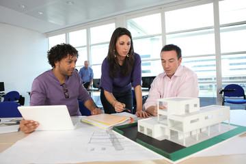 Professeurs et étudiant en architecture