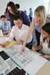 Professeur et étudiants en architecture