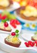 Party-Canapes mit süsser Fruchtmousse