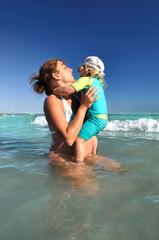 Maman et petit enfant à la plage
