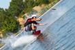 Junger Mann Sportler auf Surfbrett dynamisch
