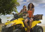 Fototapety 2 femmes sur le quad Terraquad