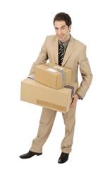 Junger Mann brint einen Stapel Pakete