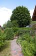 Garten mit Blumenbeet und Gartenweg eines Einfamilienhauses