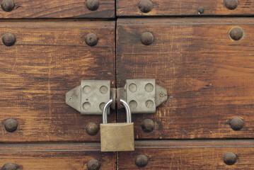 Porta in legno e lucchetto