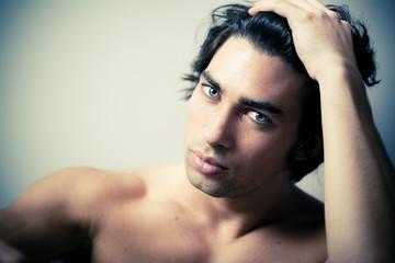 homme brun beauté torse nu