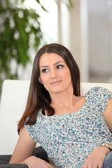 Portrait d'une jeune femme détendue