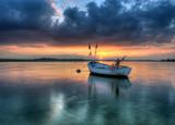 Samotna łódka i przestwór oceanów