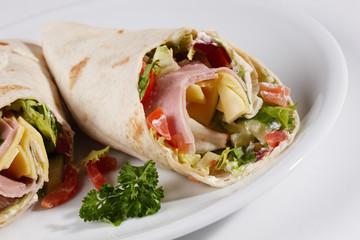 Gefüllter Wrap mit Sour Cream, Salat, Käse-Schinkenfüllung