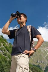 esploratore e binocolo