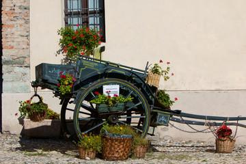 Un vecchio carretto coperto di fiori (Valle di Susa)