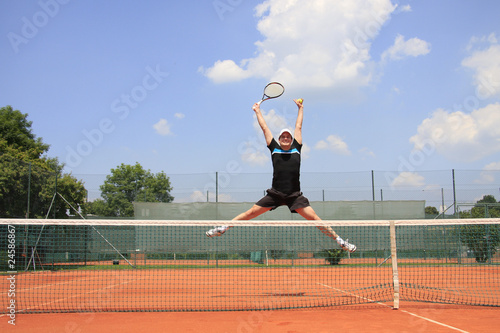 TENNISMATCH - winner jumping in the air
