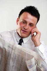 Mann mit Zeitung und Handy