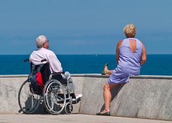 Hombre en silla de ruedas y mujer