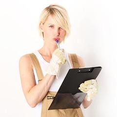 Handwerker in mit Checkliste