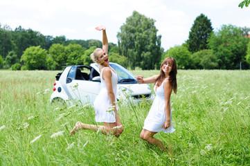 Mädels mit Auto