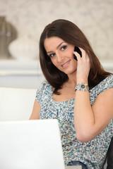 Jeune femme souriante au téléphone portable