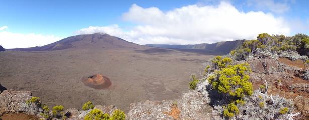 Piton de la Fournaise et cratère Formica Léo.