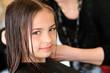 fillette au salon de coiffure
