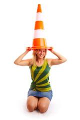 Frau hat Verkehrskegel auf dem Kopf