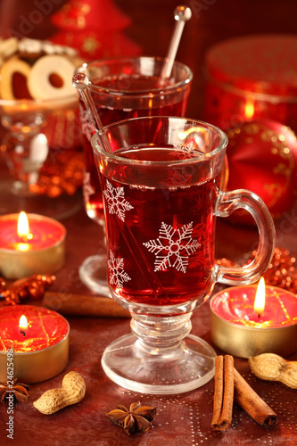 Горячий напиток для зима и Рождество с вкусный печенье.
