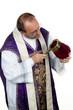 Katholischer Priester sammelt Geld für die Kirche