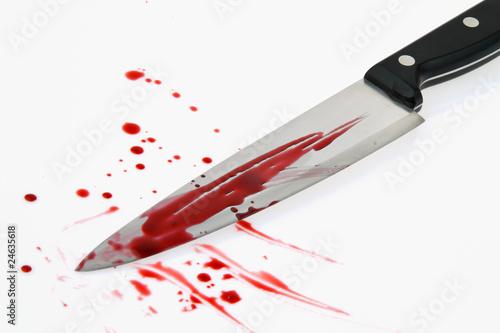 Messer mit Blut. Kriminalität. Tatwaffe eines Mordes.
