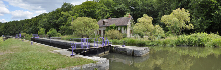 écluse, canal du Nivernais, France