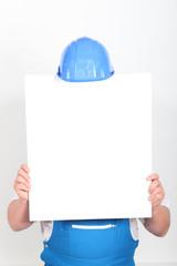 Ouvrier se cachant derrière panneau blanc