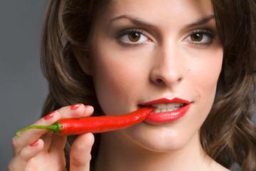 Frau isst Peperoni