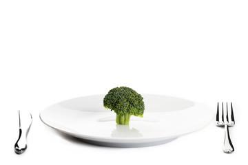 ein brokkoli auf einem teller mit besteck